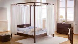 Himmelbett Roof mit Rückenlehne, Vorhang und Nachttisch; Buche Schoko lackiert|Himmelbett in Buchenholz mit Nachttisch